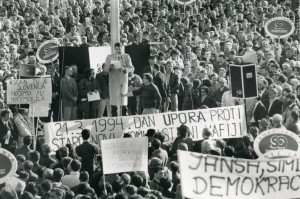 slika_protesti 21 03 1994_SLS govornik_brošura